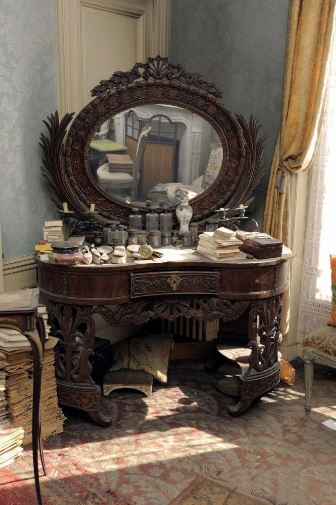 perfectly preserved paris apartment discovered after 70 years with valuables and paintings (6)