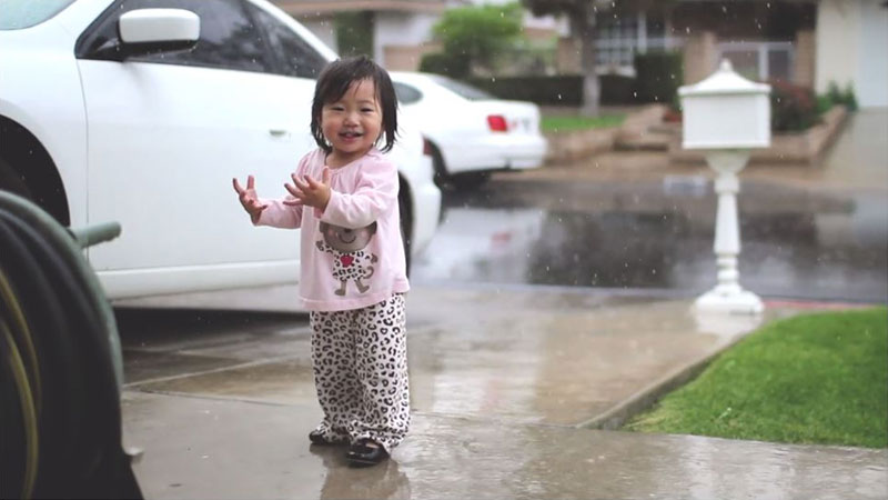 Mother Captures Daughter Experiencing Rain for the First Time