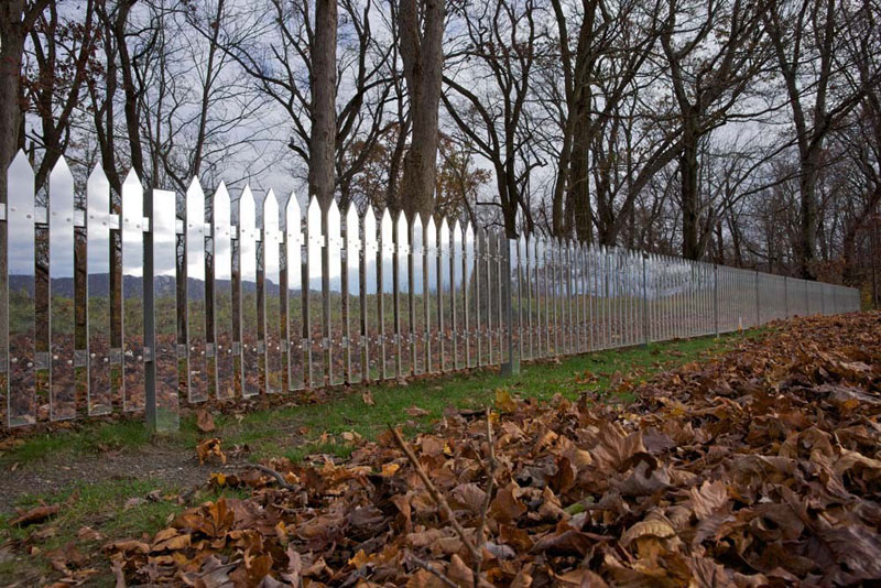 A Mirrored Fence that Changes with the Seasons