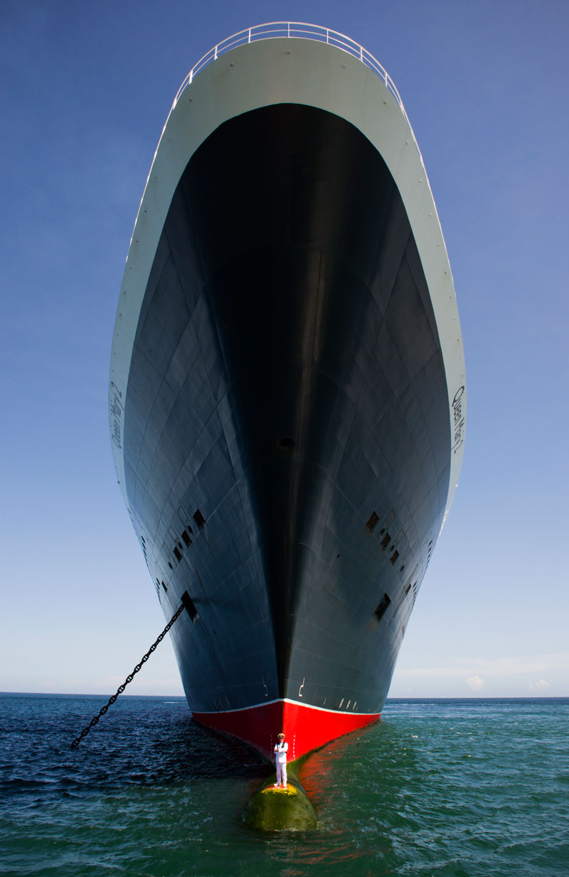 captain stands on bulbous bow of queen marry 2 (3)