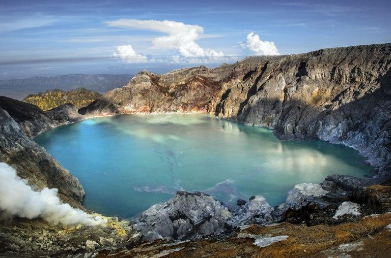 The world's largest highly acidic lake