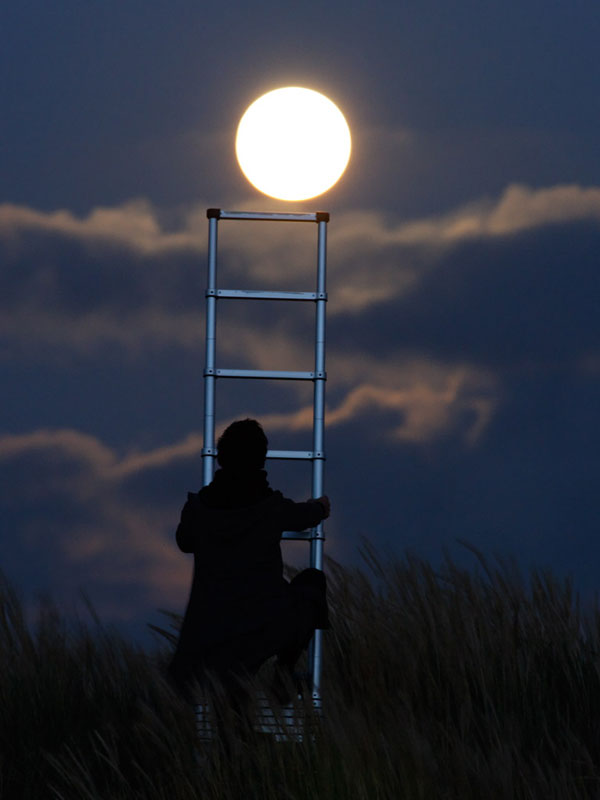 playing with the moon by laurent laveder (6)