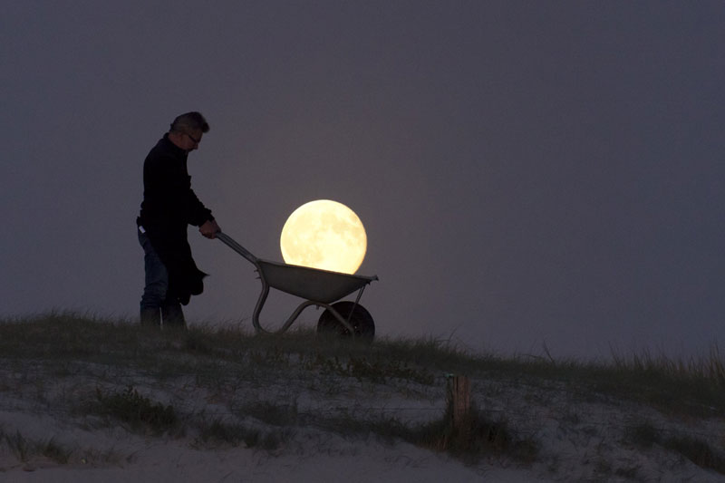 playing with the moon by laurent laveder (7)