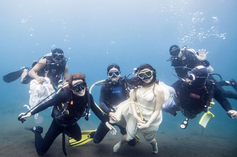 Underwater Photoshoot with Freedivers and a Shipwreck in Bali by benjamin von wong (1)
