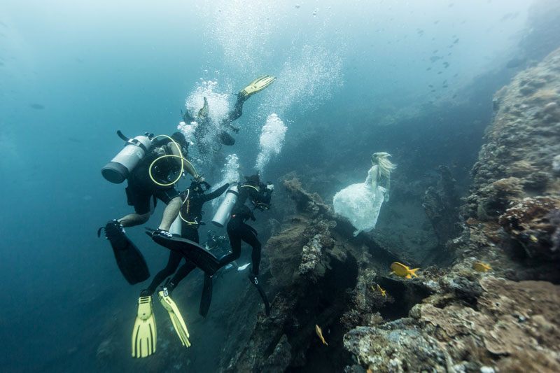 Underwater Photoshoot with Freedivers and a Shipwreck in Bali by benjamin von wong (3)