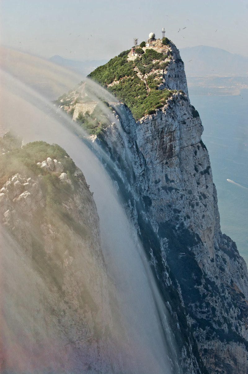 Clouds_covering_the_walls_of_Gibraltar_Rock