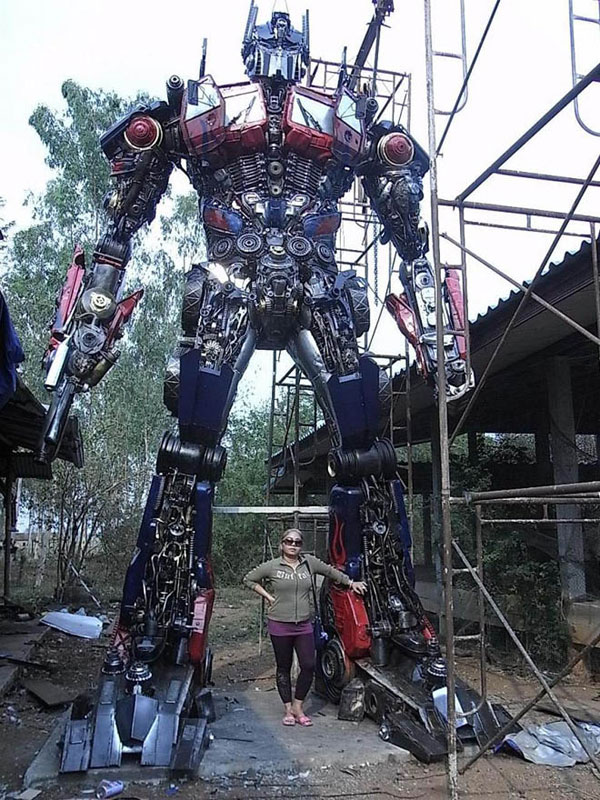 giant transformers made from old car parts (10)