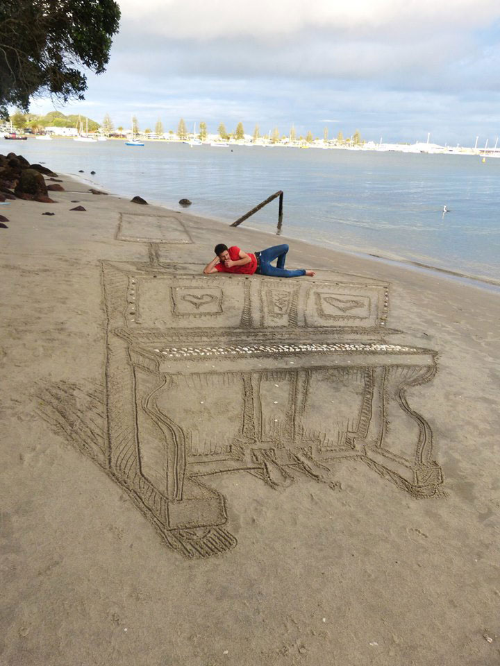 3d sand piano beach art by jamie harkins (1)