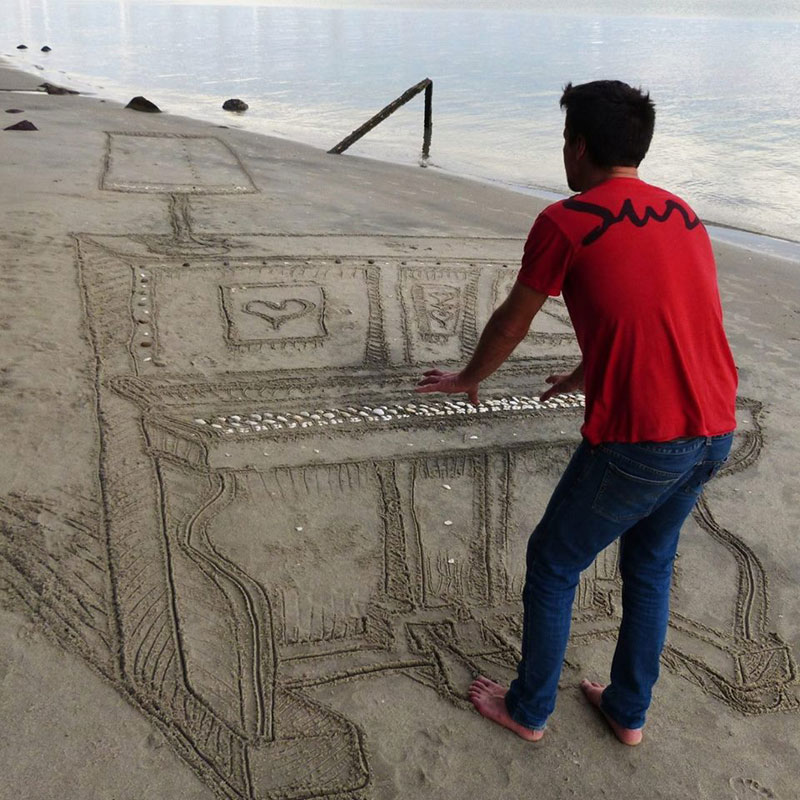 3d sand piano beach art by jamie harkins (2)