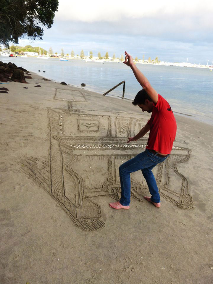 3d sand piano beach art by jamie harkins (3)