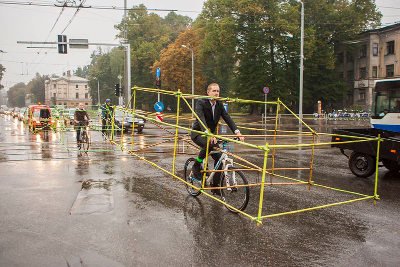 latvian cyclists demonstrate bikes taking up as much space as cars (4)