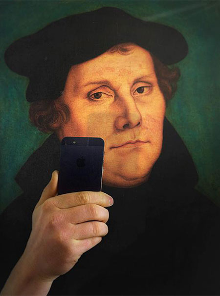 Photos-of-Museum-Portraits-Taking-Selfies-9