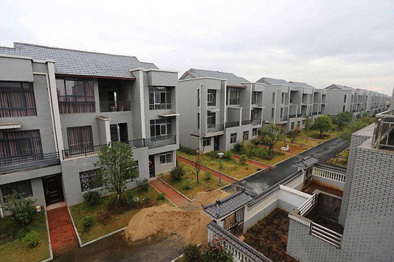 Chinese Millionaire xiong shuihua Returns to Village, Builds Residents Free Luxury Homes for their Kindness Growing Up (6)