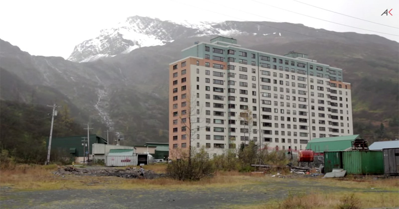 almost-everyone-in-this-small-town-of-whittier-alaska-lives-in-this-one-building