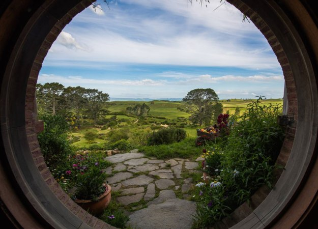https://twistedsifter.files.wordpress.com/2015/03/hobbiton-movie-set-tour-new-zealand-13.jpg?w=625