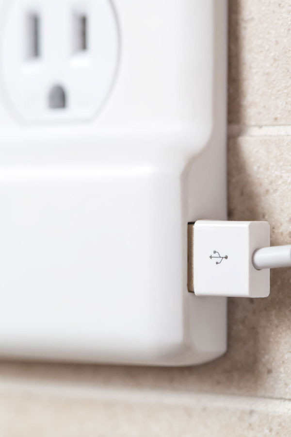 SnapPower_Product_USBCharger_White_Angle_ExtremeClose_Plugged_Web_v01-687x1030