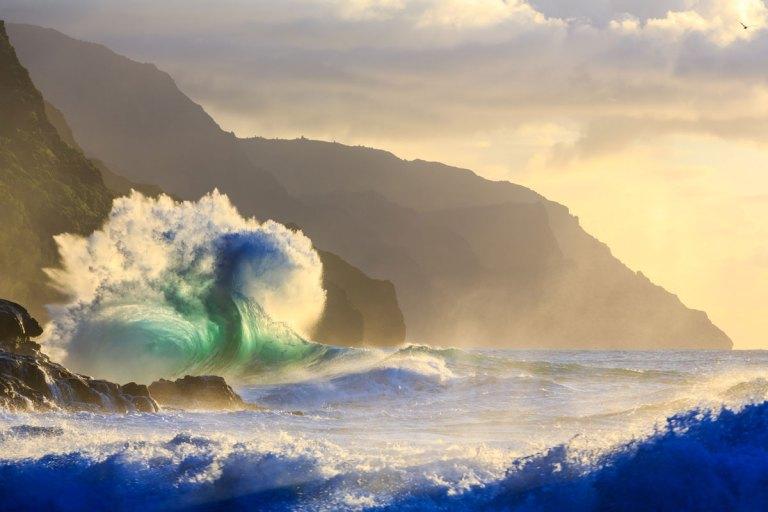 Giant waves napali coast of Kauai