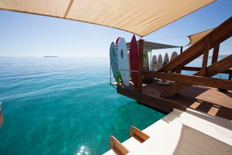 cloud 9 fiji floating bar in the middle of the ocean (10)