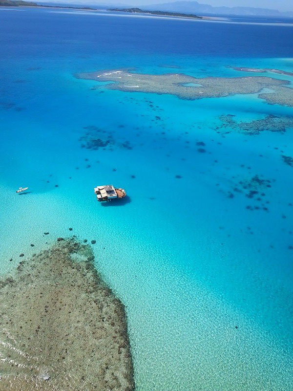 cloud 9 fiji floating bar in the middle of the ocean (4)