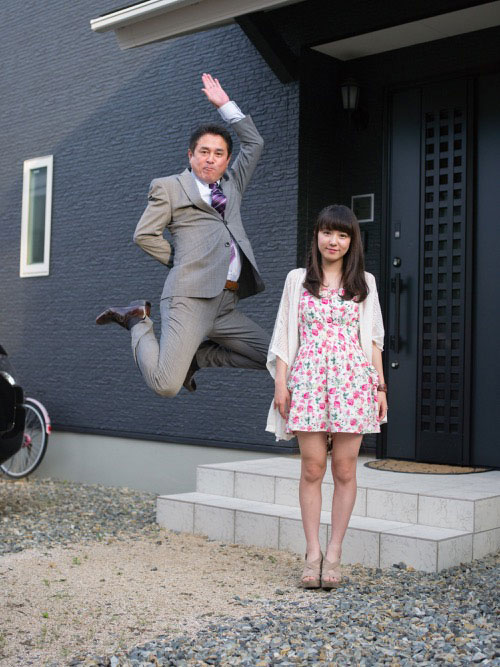 Japanese Businessmen Jumping Beside their Daughters by yuki aoyama (1)