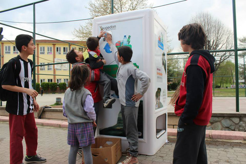 Vending Machine Feeds Stray Animals in Exchange for Recycled Bottles (3)