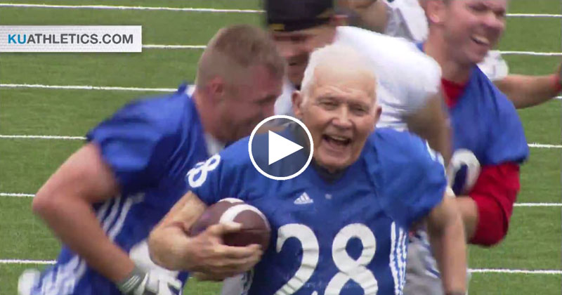 89-year-old-bryan-sperry-scores-touchdown-at-alumni-football-game