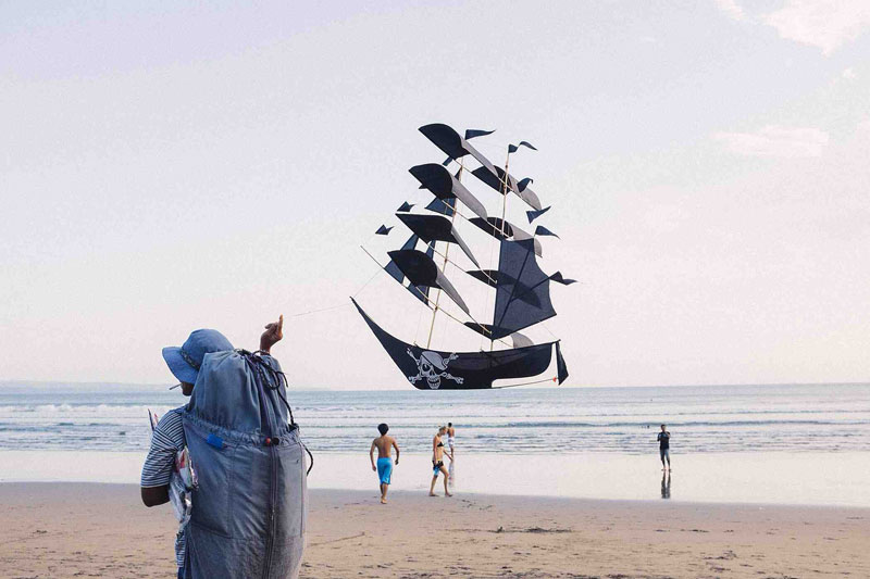 perfectly timed pirate ship kite Picture of the Day: Perfectly Timed Pirate Ship Kite