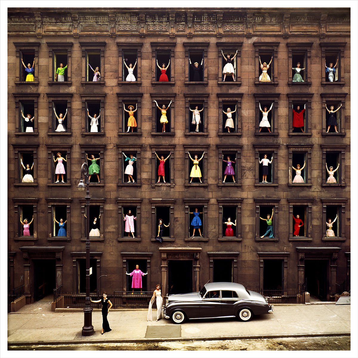 Ormond-Gigli,-Girls-in-the-Windows,-New-York,-1960