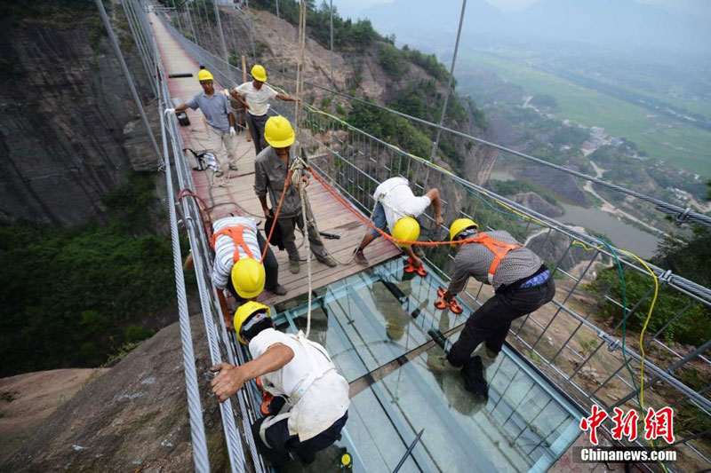glass suspension bridge shiniuzhai national geological park hunan china (4)