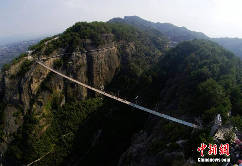 glass suspension bridge shiniuzhai national geological park hunan china (6)