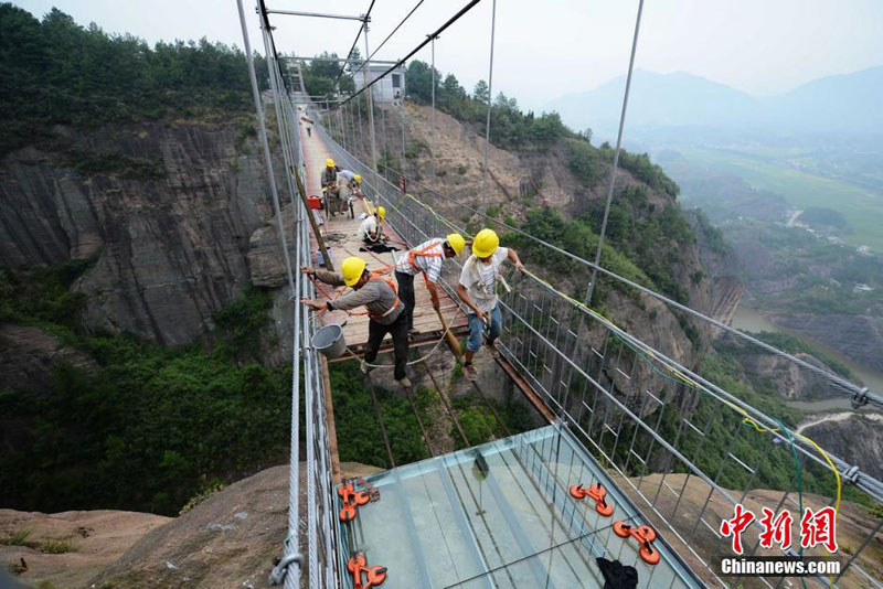 glass suspension bridge shiniuzhai national geological park hunan china (9)