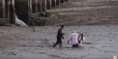 Video: Selfless Thai Fisherman Rescues Tourists Stuck in Mud
