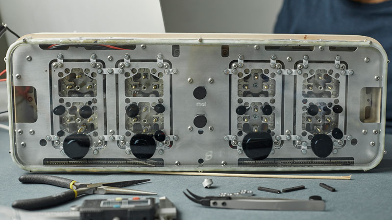 Rhei Electro-Mechanical Clock with Liquid Display Mangets Ferrofluids (12)