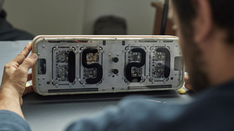 Rhei Electro-Mechanical Clock with Liquid Display Mangets Ferrofluids (6)