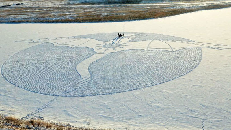 snow dragon made from snowshoe prints by simon beck (1)