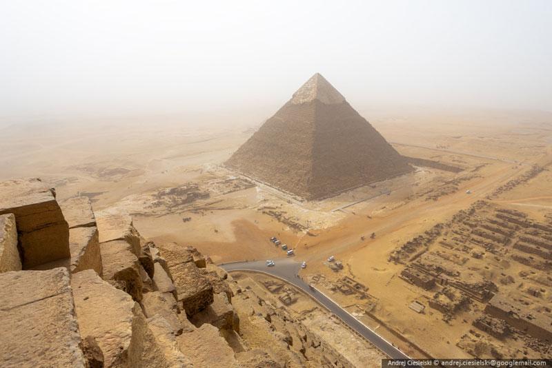 Andrej Ciesielski illegally scales giza pyramid (7)
