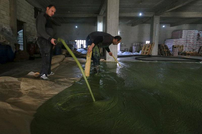 making alepo olive oil soap in syria (1)