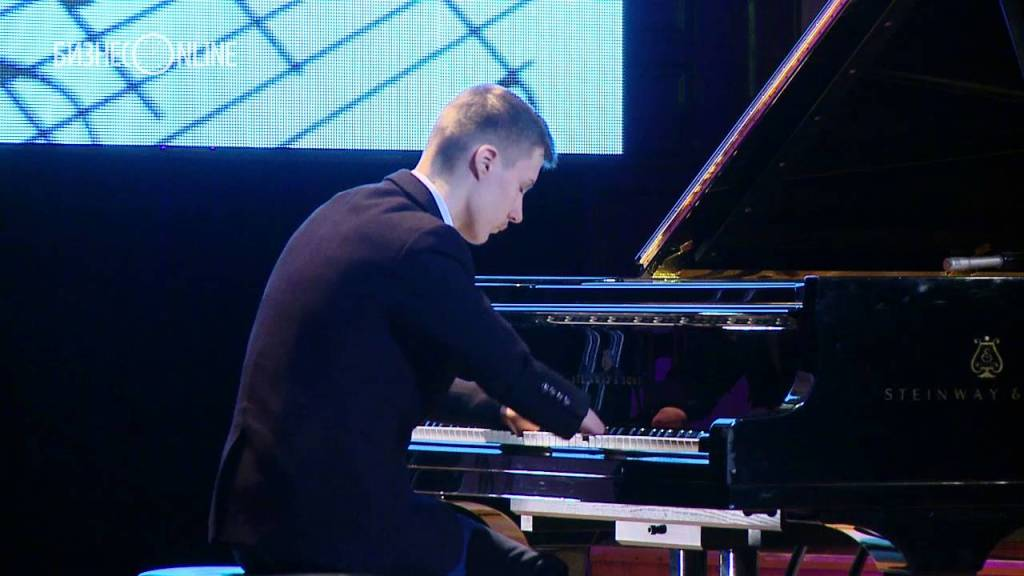 This Musician Was Born Without Fingers and Plays the Piano Beautifully