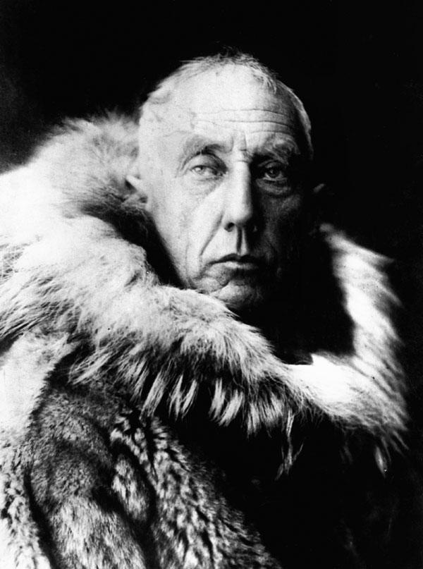 Roald-Amundsen_in_fur_skins