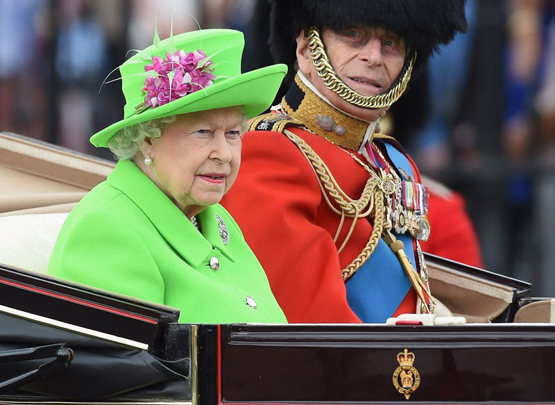 green screen queen meme photoshop 4?w=800&h=583 the queen wore a 'green screen' outfit and the internet went to