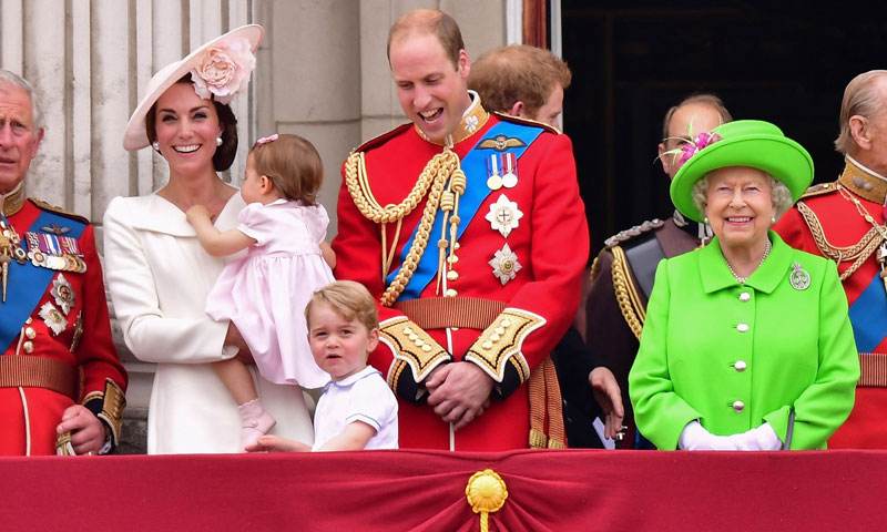 green screen queen The Queen Wore a Green Screen Outfit and the Internet Went to Town