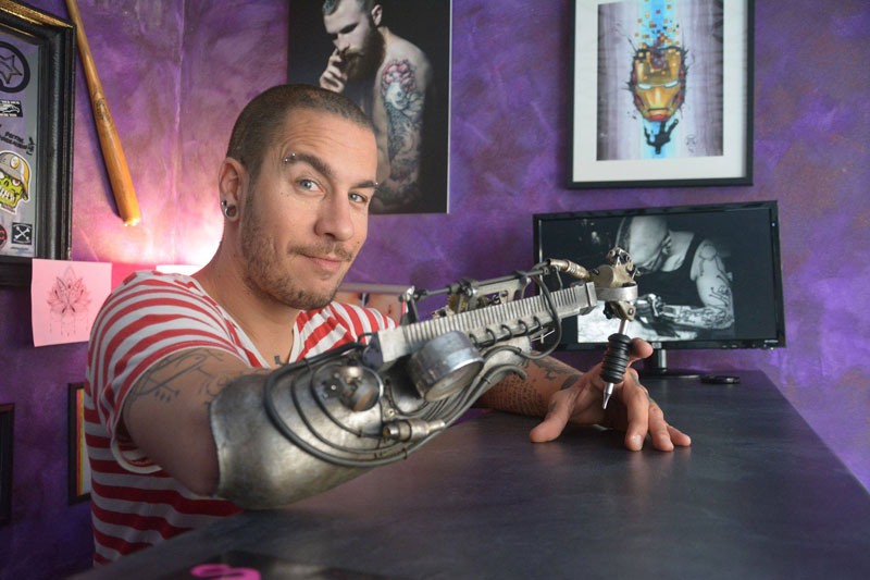 Tattoo Artist Turns Prosthetic Arm Into Badass Tattoo Machine (2)