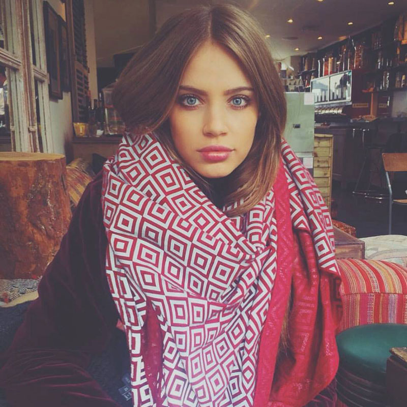 Ishu-Scarf-Hides-Your-Face-if-Flash-Photography-is-Used-(12)
