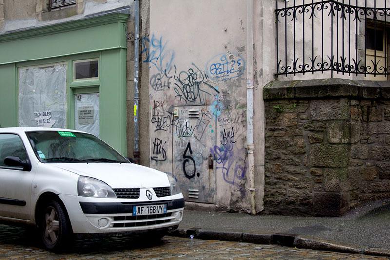 Street Artist Mathieu Tremblin Makes Graffiti Legible By Rewriting Them in Plain Text (11)