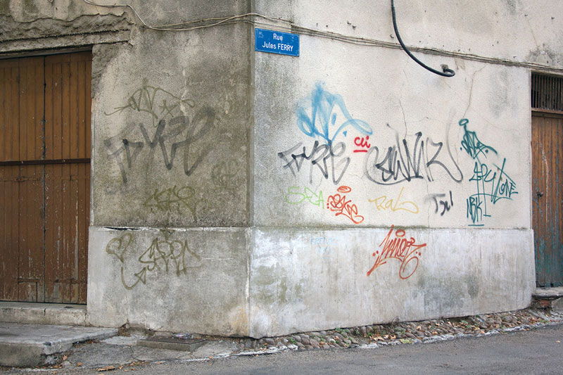 Street Artist Mathieu Tremblin Makes Graffiti Legible By Rewriting Them in Plain Text (13)