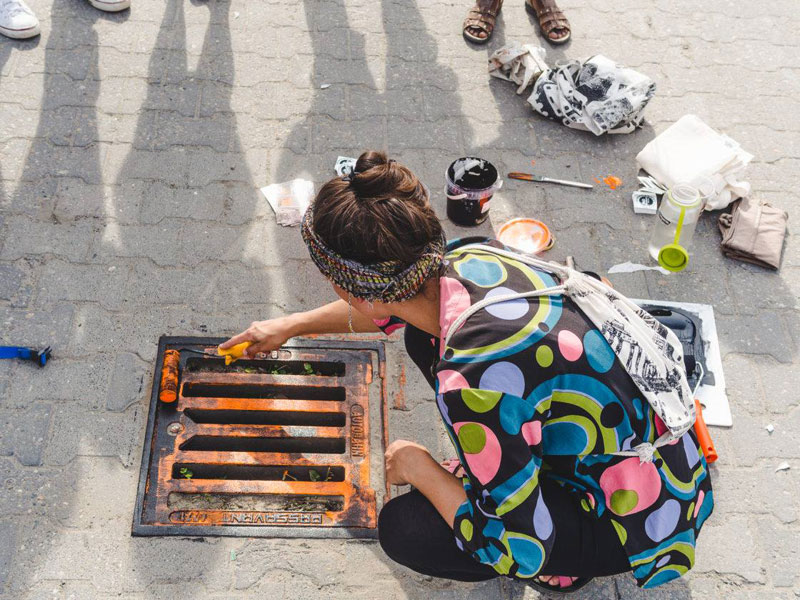 Raubdruckerin Guerilla Printing Manhole Covers Onto Shirts and Bags (11)