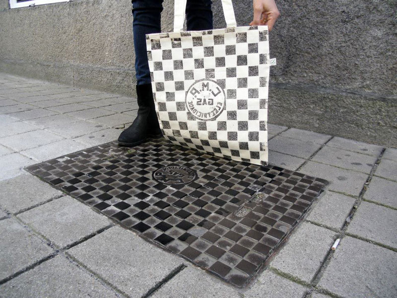 Raubdruckerin-Guerilla-Printing-Manhole-Covers-Onto-Shirts-and-Bags-(14)
