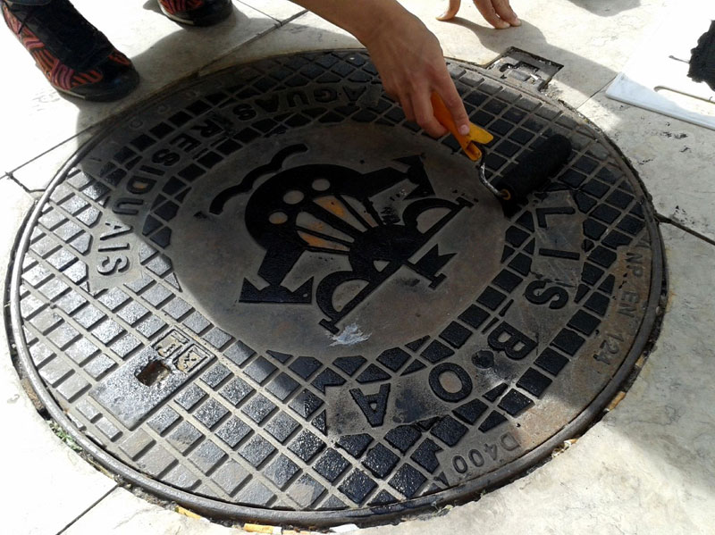 Raubdruckerin Guerilla Printing Manhole Covers Onto Shirts and Bags (4)