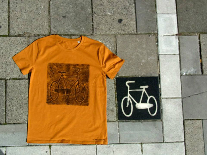 Raubdruckerin Guerilla Printing Manhole Covers Onto Shirts and Bags (8)