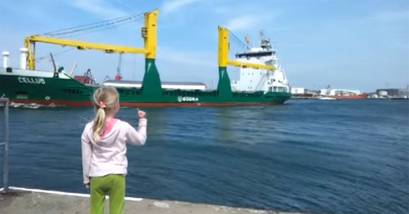 giant-cargo-ship-politely-responds-to-little-girls-honk-request-1